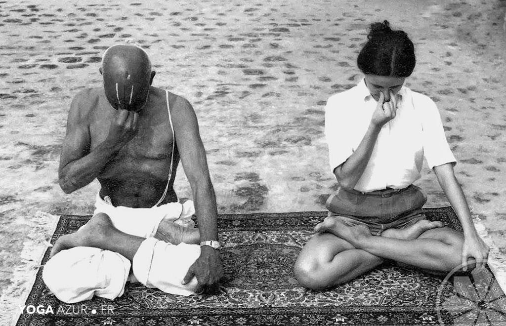 Sri Krishnamacharya enseignant le Pranayama à une élève.
